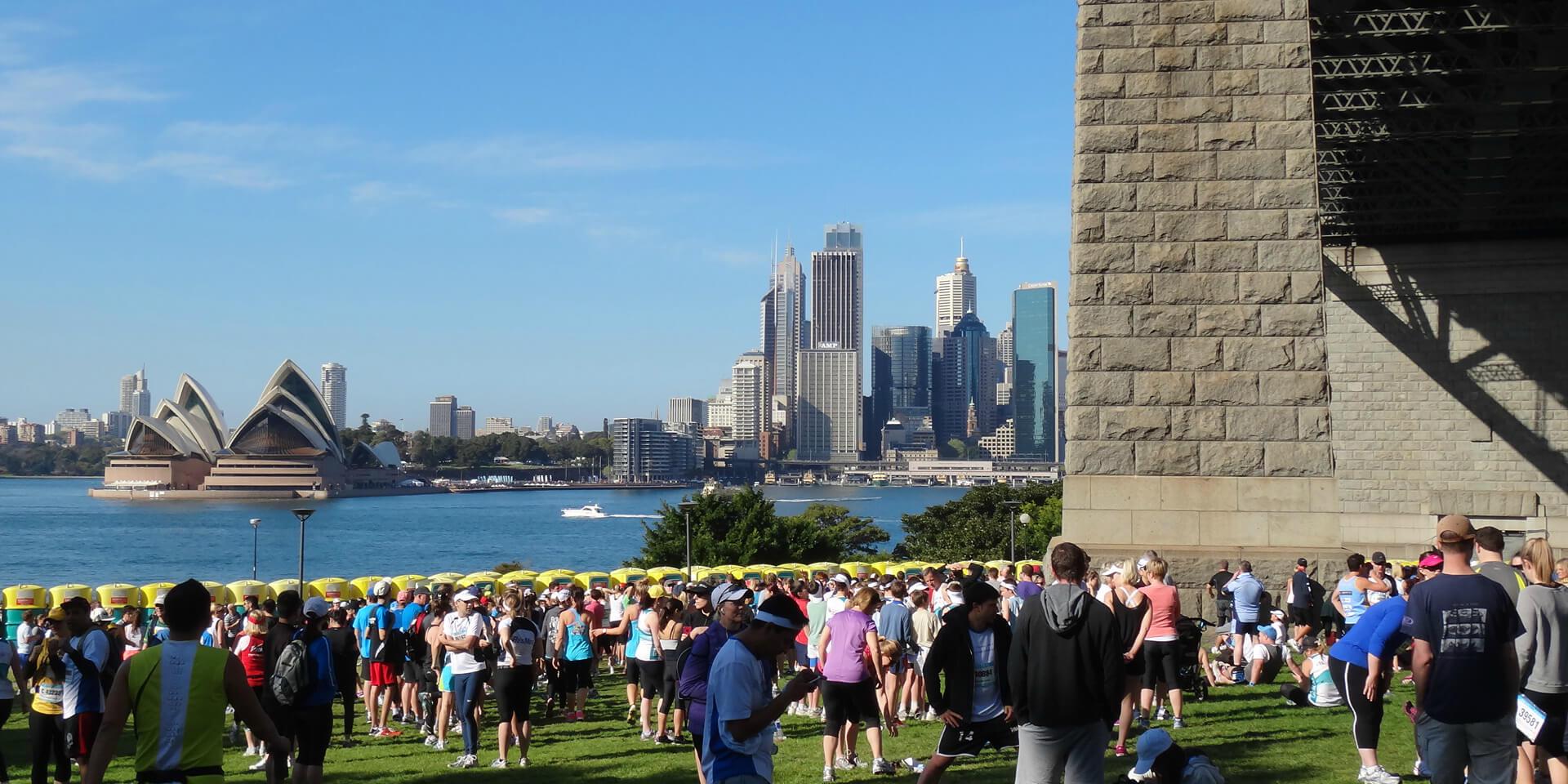 Coureurs avant le départ du marathon de Sydney avec vue sur Sydney Opera House, Australie.