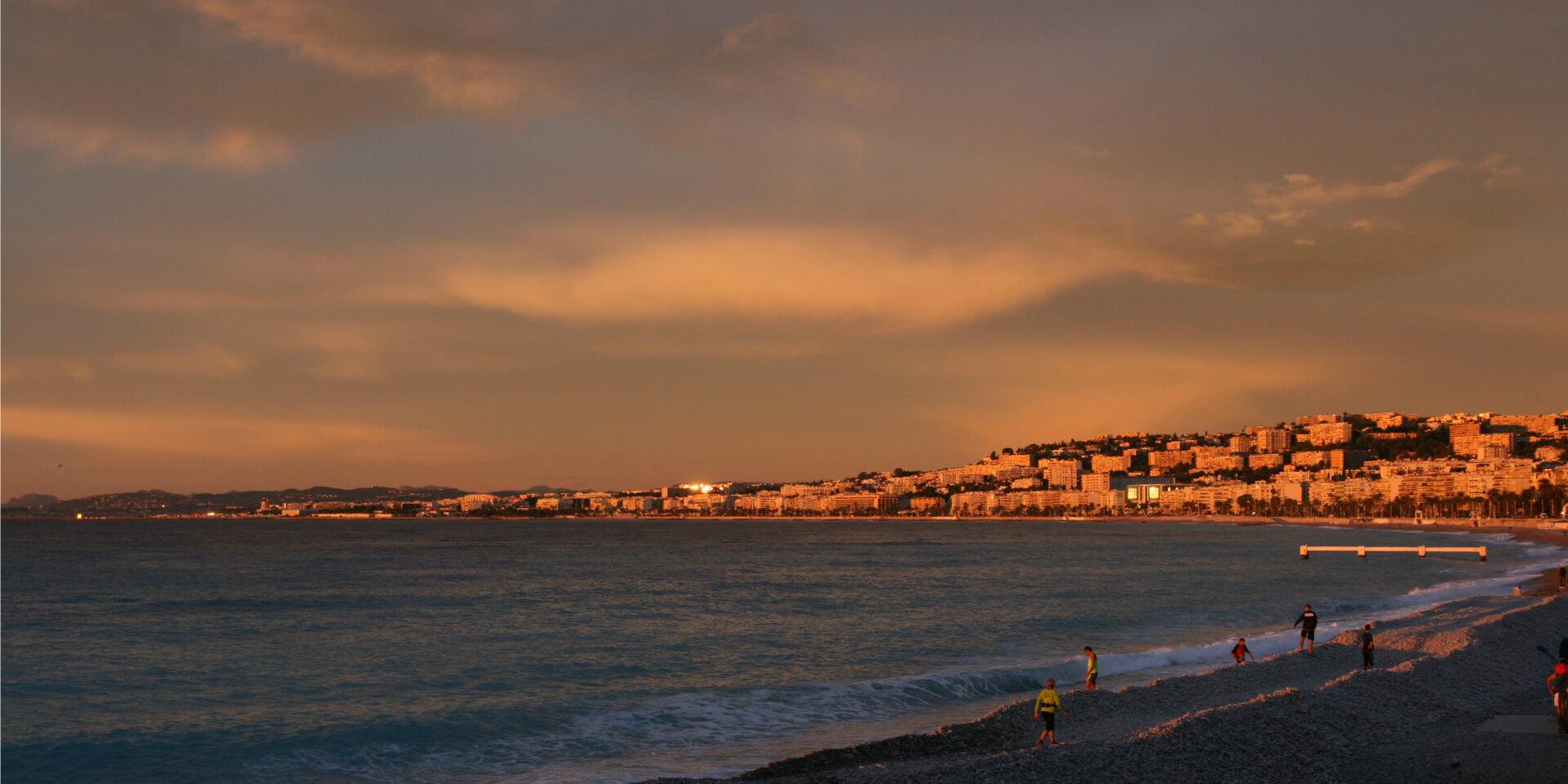 La Baie des anges entre l'aube et l'aurore sur la plage de Nice, France