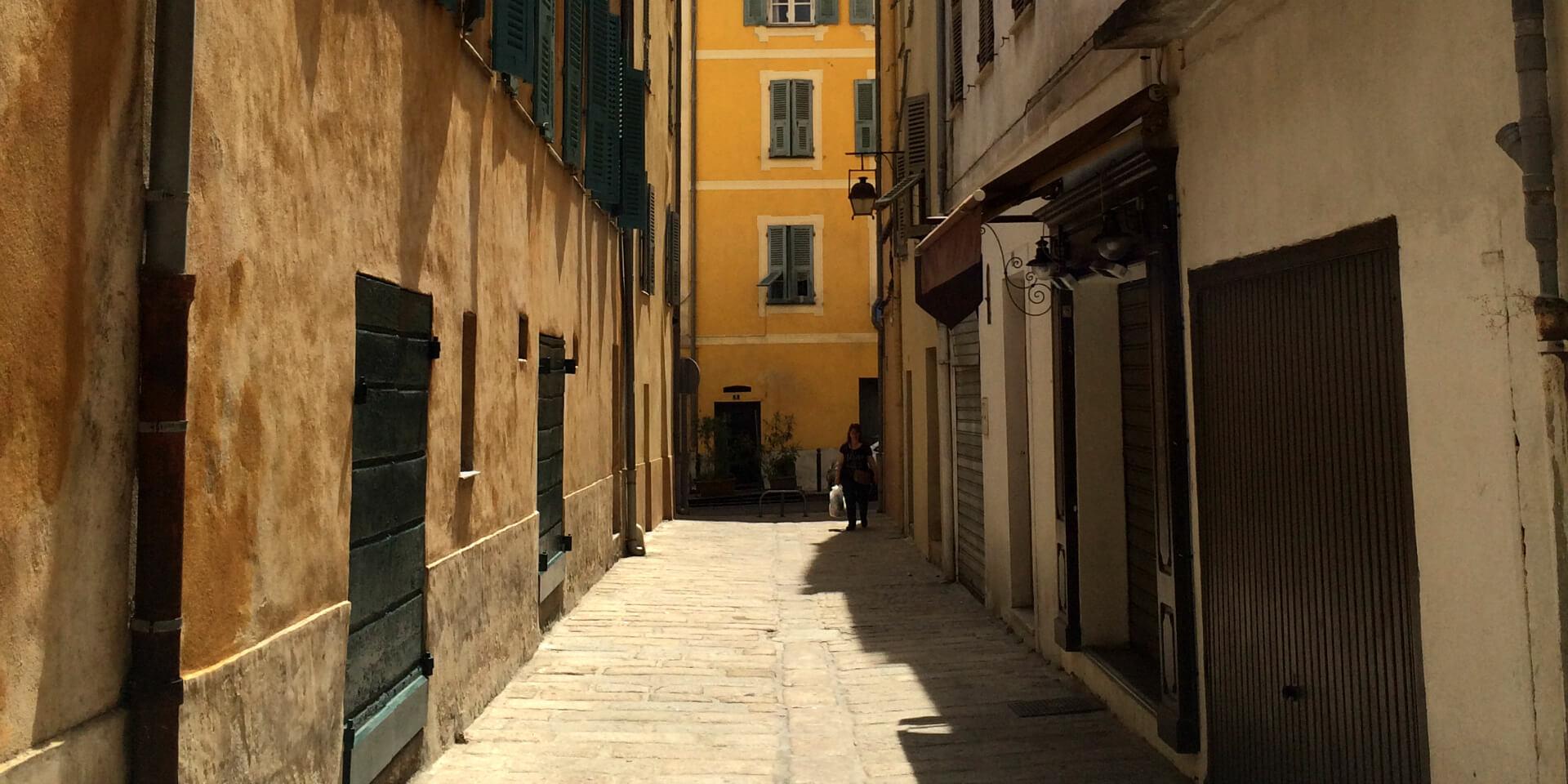 Une ruelle à deux pas de la maison où est né Napoléon dans la vieille ville d'Ajaccio, Corse.