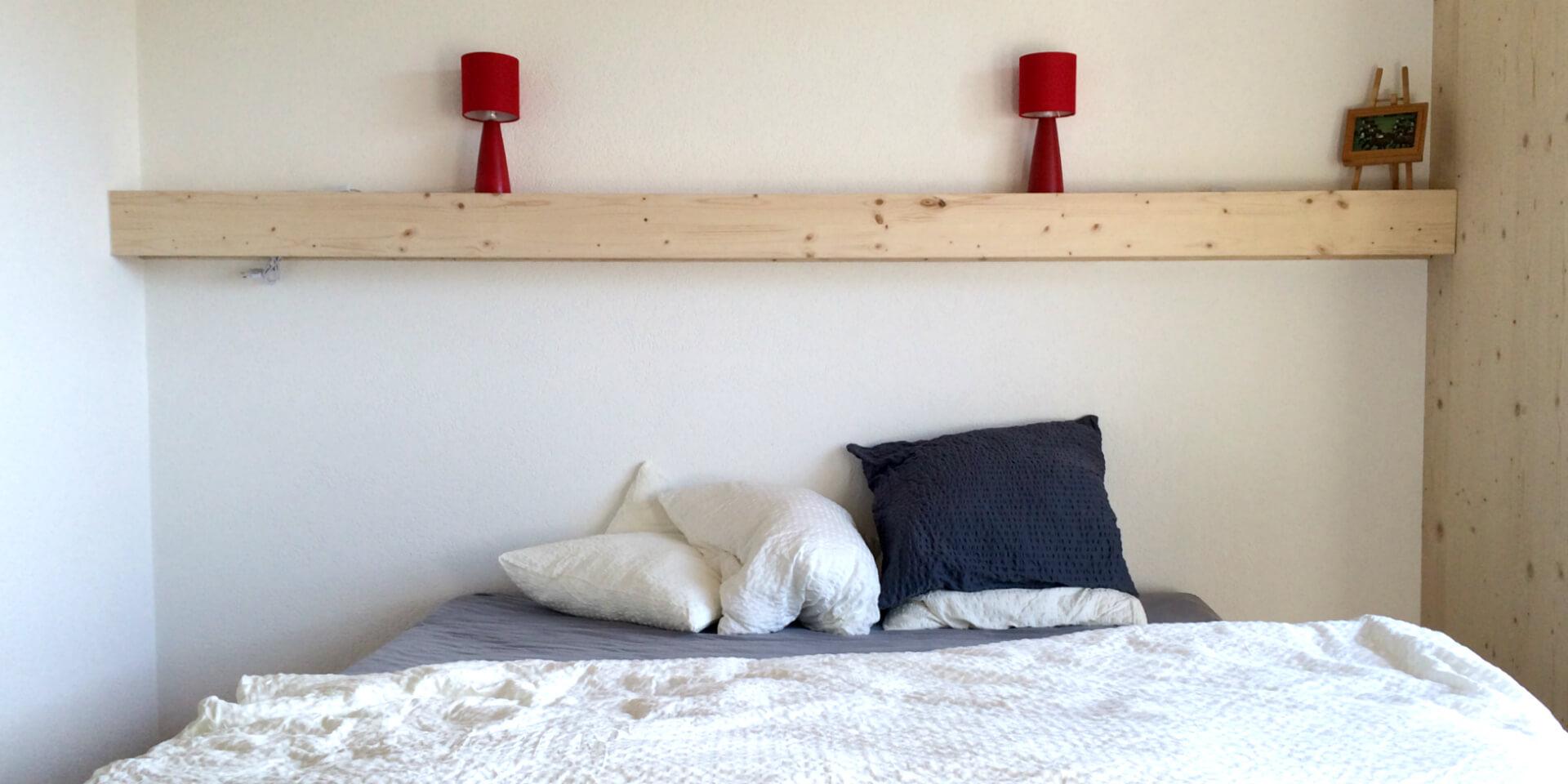 Grand lit dans une chambre du Gîte Chez Toinette à Saignelégier, Suisse.